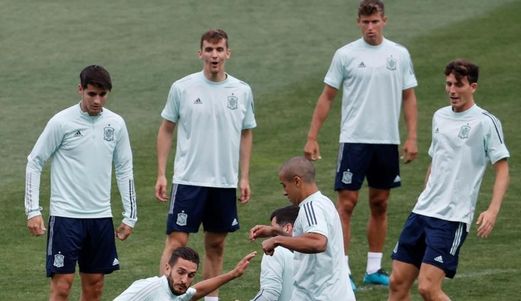Jugadores de España se preparan para su juego ante Suiza. Foto:EFE