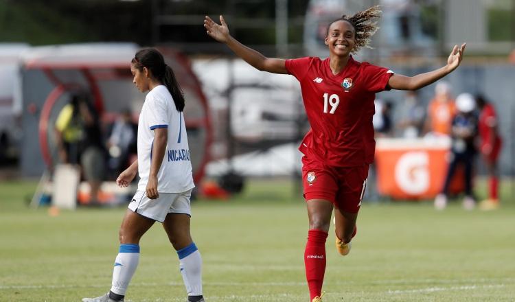 Lineth Cedeño (der.) de Panamá celebra su gol contra Nicaragua. Foto:EFE