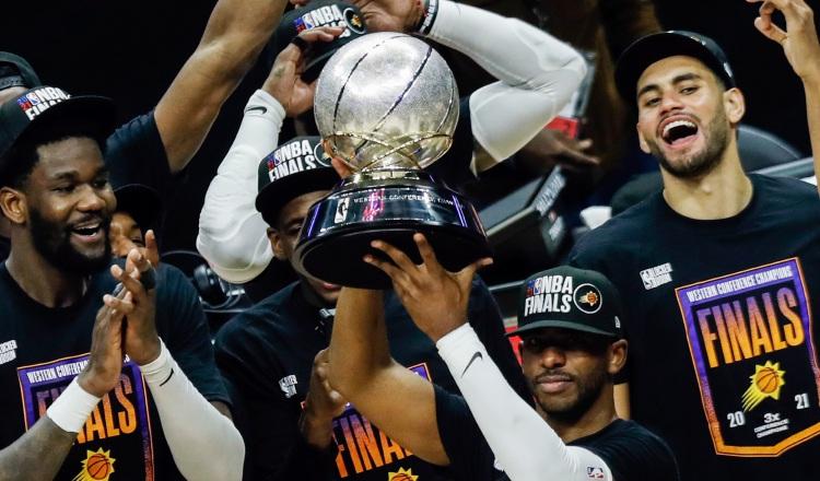 El escolta de los Phoenix Suns, Chris Paul, levanta el Trofeo de la Conferencia Oeste junto a sus compañeros. Foto: EFE