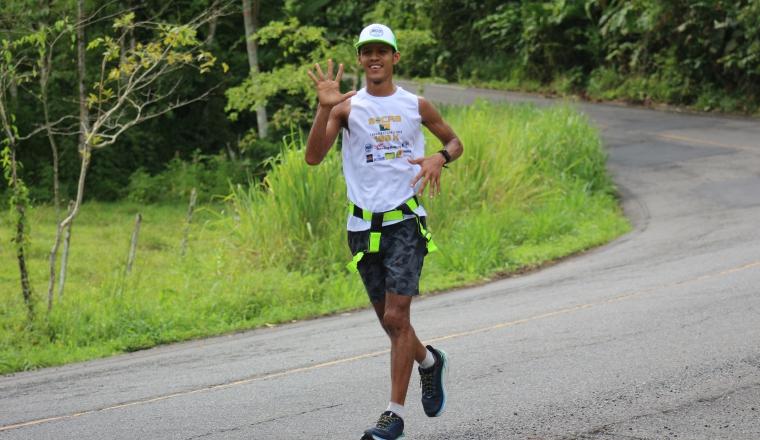 Omar Vargas, llegando a la localidad de Changuinola. Cortesía/Panamarunners