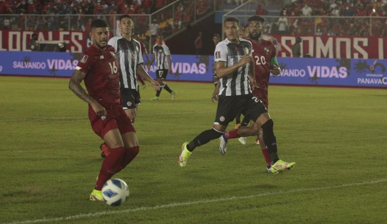 Andrés Andrade de Panamá con el balón. Foto: Víctor Arosemena
