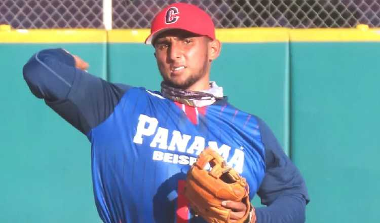 Julio González juega la tercera base. Foto:Fedebeis