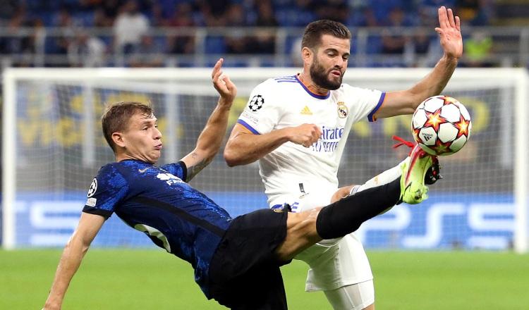 Nicolo Barella despeja el balón ante Nacho del Real Madrid. Foto:EFE