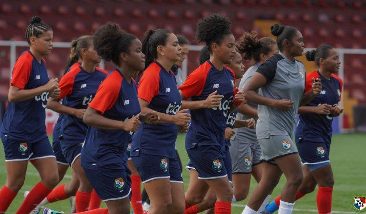 Chicas de Panamá entrenaron ayer en el San José. Foto:Fepafut