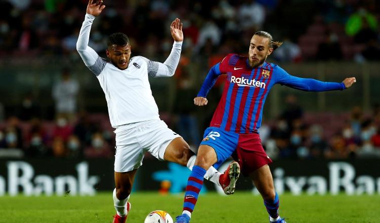 El defensa del barcelona, Óscar Mingueza (d), disputa el balón ante el delantero colombiano del Granada, Luis Suárez. Foto:EFE