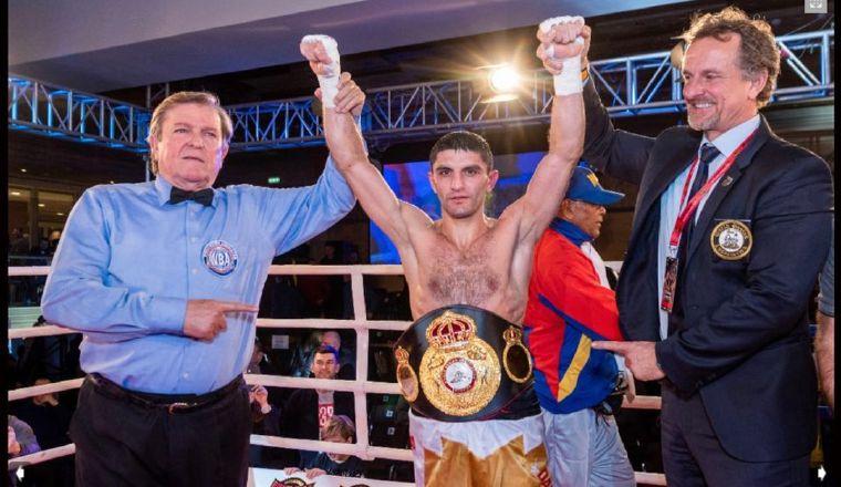 El campeón mosca de Artem Dalakian de la AMB. Foto:@artemdalakyam