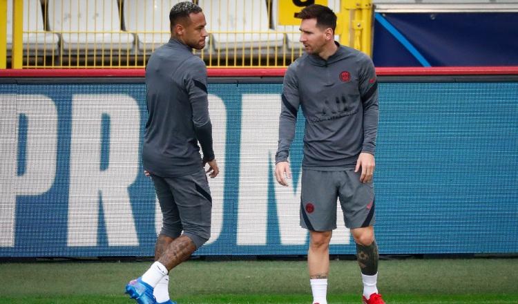 Neymar (izq.) y  Leo Messi jugadores del PSG. Foto:EFE