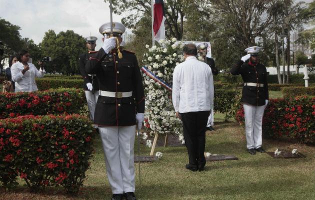Alumnos estadounidenses rodearon el asta e impidieron que la bandera panameña fuera izada. Foto/Victor Arosemena