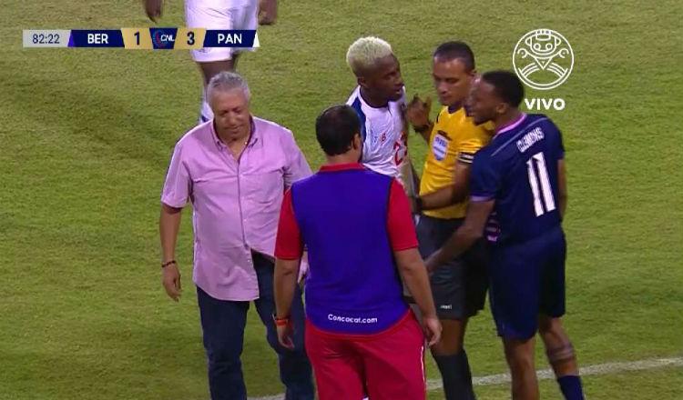 Américo Gallego cae al césped Foto Captura