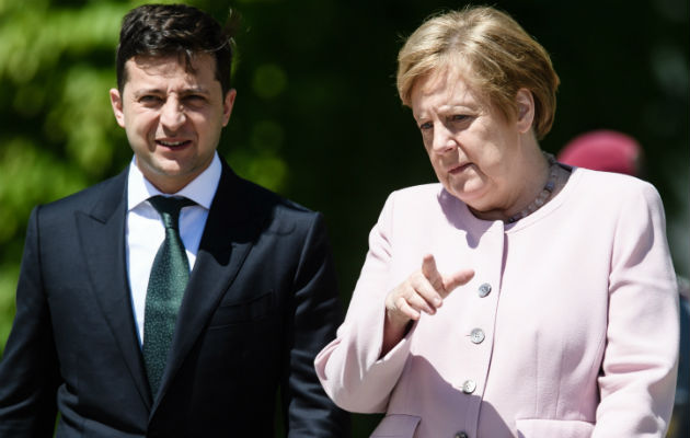 Las imágenes de la canciller bajo el sol, con signos de debilidad física y sujetándose repetidamente las manos para tratar de calmar el temblor, durante aproximadamente medio minuto y mientras sonaba el himno alemán, se convirtieron rápidamente en objeto de comentarios en los medios alemanes.