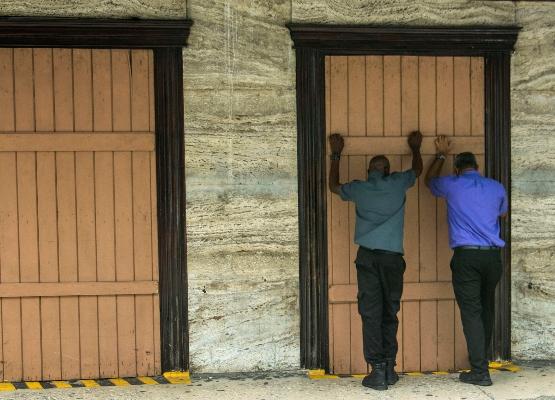 En Barbados la ciudadanía se preparan con diversas medidas para protegerse de los embates de la tormenta tropical Dorian. FOTO/AP