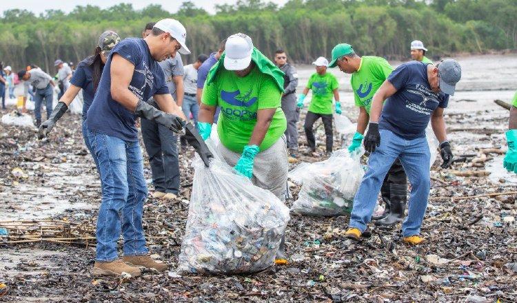 La jornada de recolección de basura se registró durante la celebración del Día Mundial de Limpieza de Playas en Panamá.