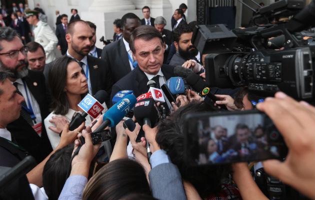 Jair Bolsonaro habla a los medios tras participar en la firma del acuerdo para la creación del proyecto de integración para Sudamérica: Prosur, en Santiago de Chile. Foto: EFE.