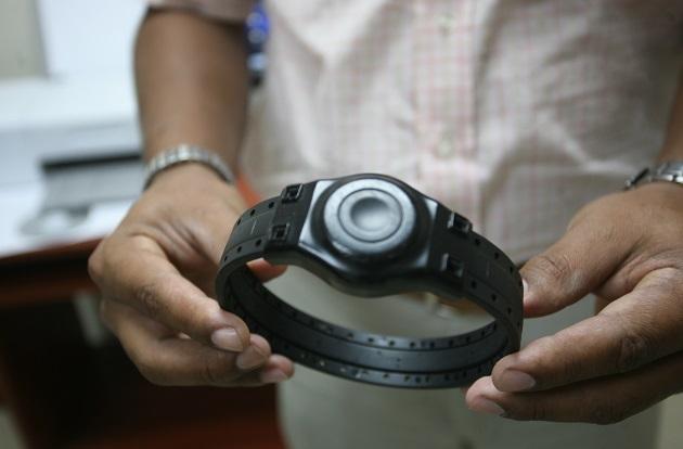 El brazalete electrónico reemplazará la boleta de alejamiento. Foto: Archivo