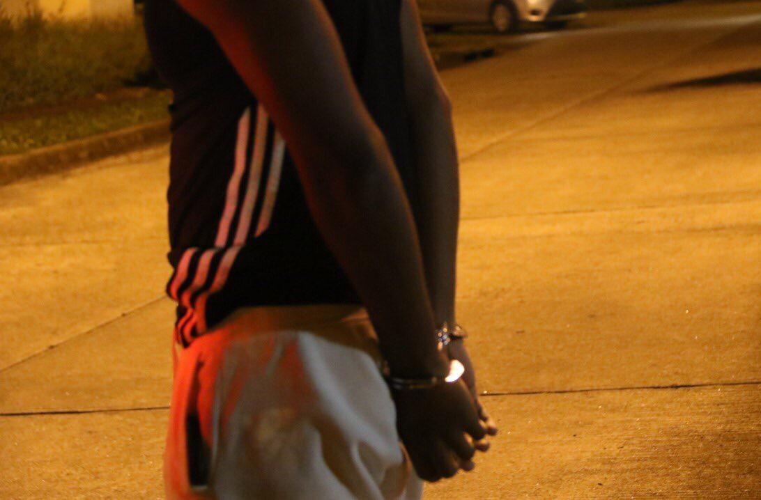 Las autoridades capturaron a cuatro sujetos y decomisaron un arma de fuego en el robo en Brisas del Golf. Foto @ProtegeryServir
