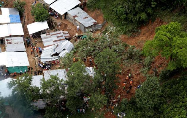 El deslizamiento ocurrió esta madrugada en un asentamiento del barrio San Silvestre, en el municipio de Barrancabermeja, y sepultó tres casas.