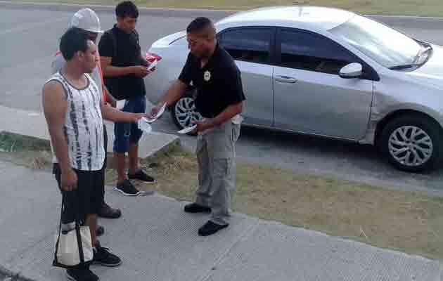 Un grupo de personas recibe información sobre la prevención de delitos. Foto/Diómedes Sánchez