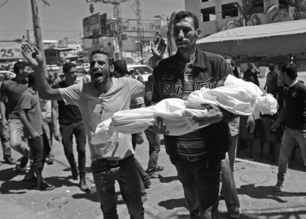 Un padre lleva el cuerpo de su niño sin vida, producto de un ataque en la Franja de Gaza. Foto: AP.