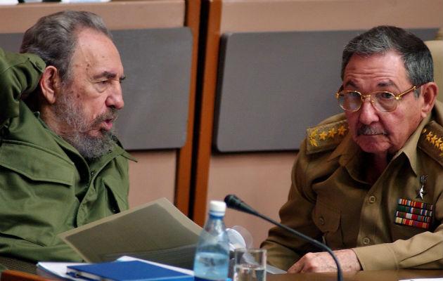 Castro ha eliminado algunas de las fotos más plémicas, entra las que esta una en la que aparece en un yate, algo prohibido para los cubanos. Además hay otra en la que conduce una BMW por las calles de La Habana.