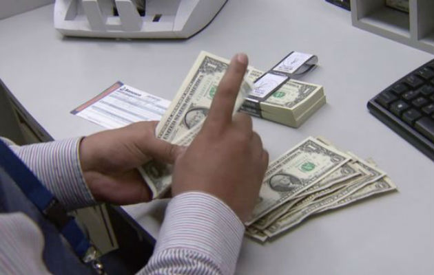 El décimo tercer mes es un salario adicional al año que reciben todos los trabajadores y se divide en tres partes iguales.