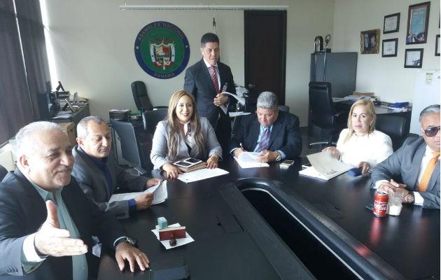 Abogados de Ricardo Martinelli presentaron denuncia penal contra Juan Carlos Varela.