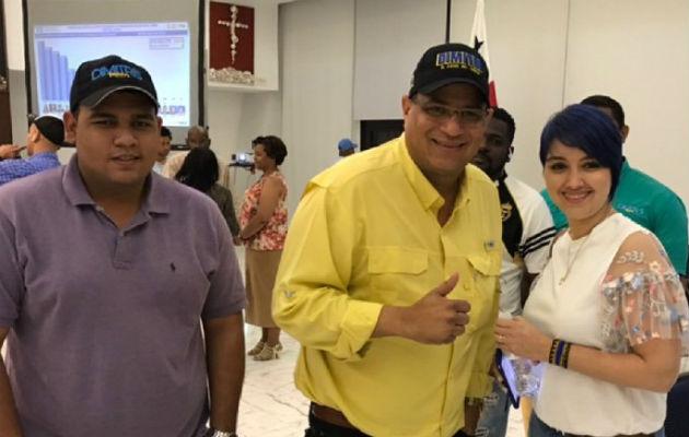 Dimitri Flores (camisa amarilla), aspirante a la presidencia por la libre postulación.