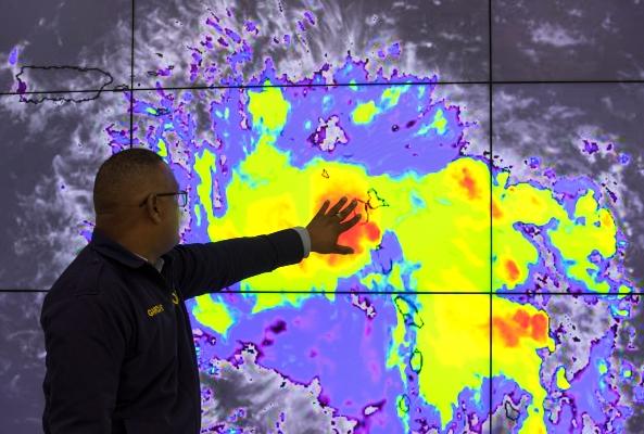 Un funcionario del Centro de Operaciones de Emergencias (COE) da seguimiento a la alerta de huracán en el este del país por la tormenta tropical Dorian, que ha entrado en el Caribe. FOTO/EFE