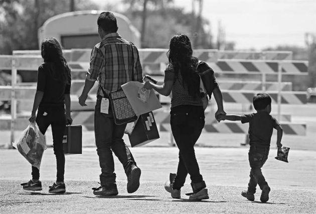 La familia, como todo fenómeno social, en efecto evoluciona, en su estructura y función, siempre conserva su esencia y naturaleza.