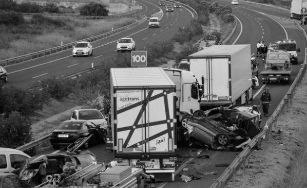 Elcomportamiento de los conductores, estructuras viales inadecuadas y con mantenimiento deficiente, carros inseguros, mata cada año más personas que la tuberculosis, el alzheimer o el cáncer de colon.  Foto: Archivo.