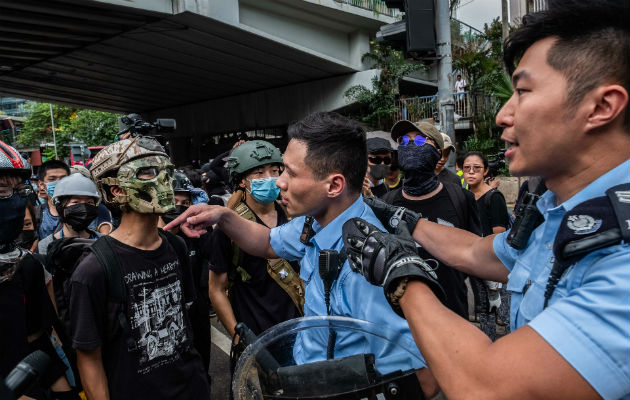 Funcionarios de Gobierno en Hong Kong han acusado a manifestantes de acosar a oficiales en línea y en persona. Foto/ Lam Yik Fei para The New York Times.