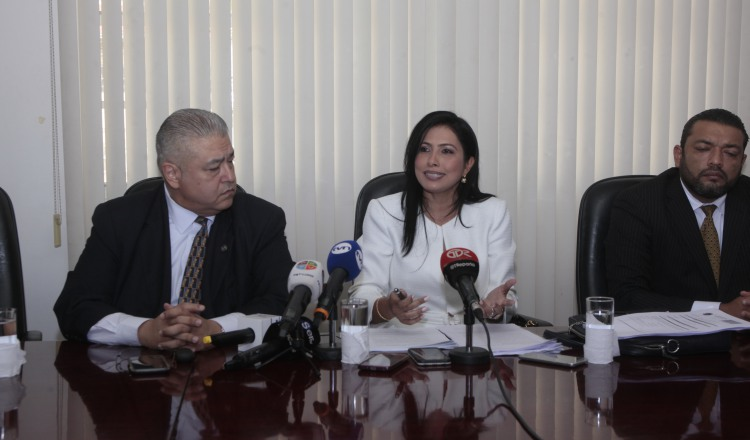 Los abogados Alfonso Fraguela, Marcela Araúz y Juan Antonio Kuan Guerrero, durante la conferencia de prensa. /Foto Víctor Arosemena