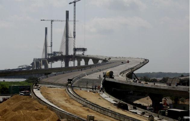 Vista de los avances del nuevo puente Alberto Pumarejo, obra el grupo español Sacyr, sobre el río Magdalena en Barranquilla. Foto: EFE.
