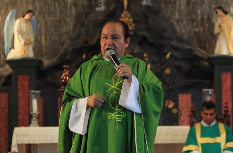 Padre David Cosca retorna a Panamá y asegura que será reintegrado en agosto. Foto: Panamá América.