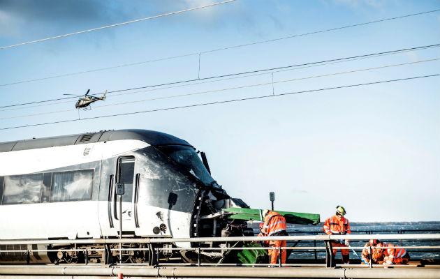 Vista de un tren de pasajeros tras un accidente ferroviario ocurrido en el puente del estrecho del Gran Belt, en Nyborg, Dinamarca. EFE