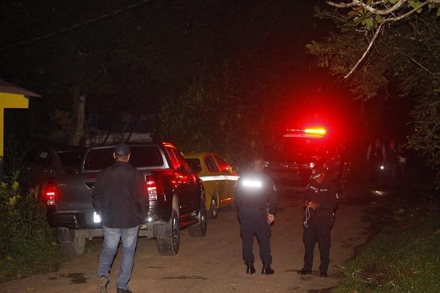 Una pareja fue encontrada sin vida dentro de una camioneta ubicada en Cerro Azul.