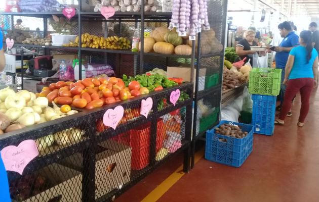 Buscan productos más baratos en los mercados. Foto: M. Murillo