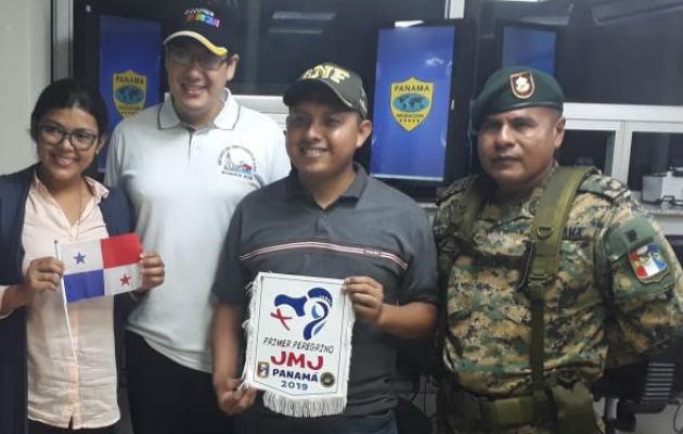 Michael Evenor Sánchez sostiene el logo de la JMJ. Foto: Mayra Madrid.