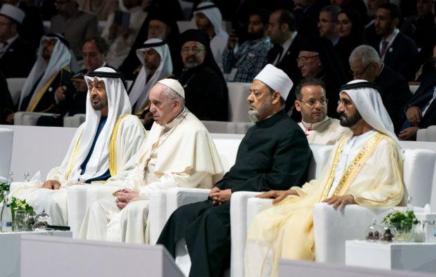 Con el monumento del jeque Zayed a sus espaldas, dibujando el perfil del fundador del país con formas geométricas y luces, el papa llamó a condenar