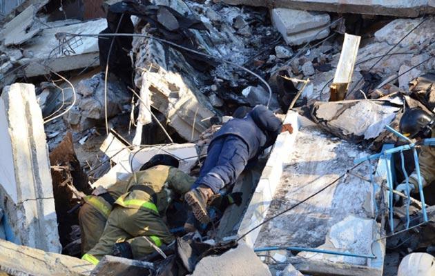 Trabajan desesperadamente por ubicar a los heridos en un edificio de apartamentos. FOTO/AP