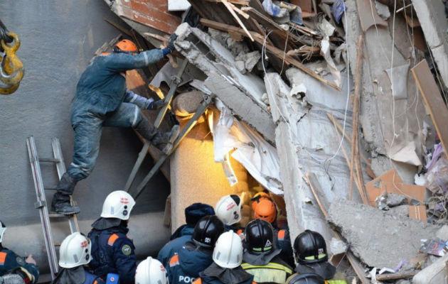 Miembros de los servicios de rescate rusos retiran escombros de un edificio derrumbado en la ciudad de Magnitogorsk, en la región de los Urales (Rusia). EFE