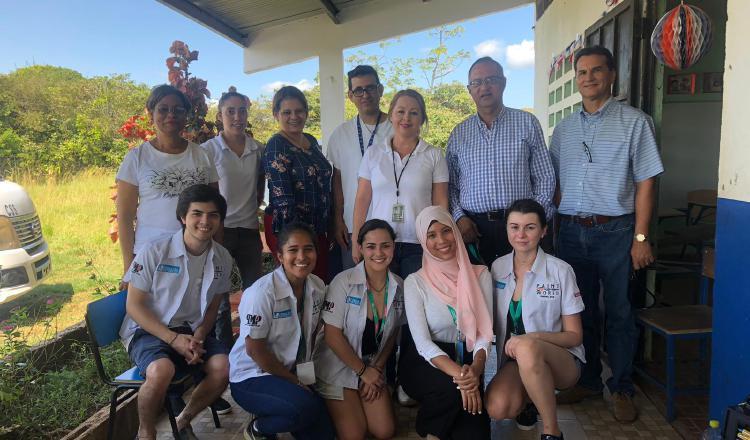 Los voluntarios durante su visita en Panamá.