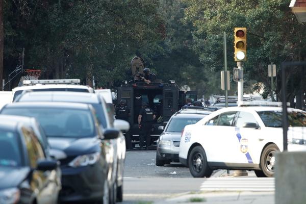 Las unidades policiales de Filadelfia responden a un tiroteo activo, en el barrio de Filadelfia de Nicetown. FOTO/AP