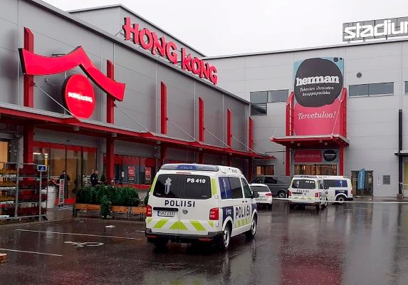 Medios locales afirman que el agresor trató de escapar por los pasillos del centro comercial armado con la espada y se enfrentó a varios agentes de policía, quienes le dispararon dos tiros antes de proceder a su detención. FOTO/AP