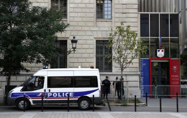 El agresor comenzó el ataque en su propio despacho, tras lo cual salió y continuó la agresión en otras dependencias de la Prefectura, ubicada junto a la catedral Notre Dame de París.