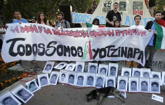 Estudiantes y maestros bloquean autopista por 43 estudiantes desaparecidos