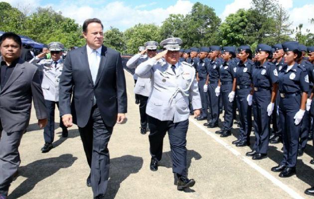 El ministro de Seguridad (i) y el jefe de la Policía (d) están entre los beneficiados.