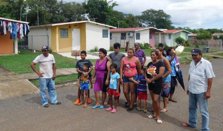 Con ánimos caldeados, residentes alegan que los amenazan. Zenaida Vásquez