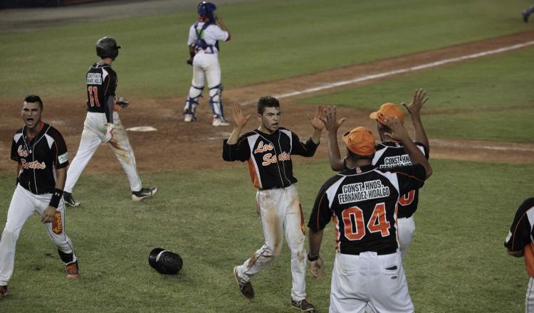 Alberto Céspedes (izq.) es uno de los jugadores de experiencia y bujía del equipo santeño en el Campeonato Nacional de Béisbol Juvenil. Anayansi Gamez