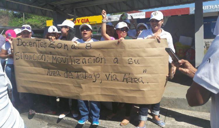 Los docentes, utilizando pancartas, exigen a las autoridades educativas apoyo para viajar por aire. /Foto José Vásquez
