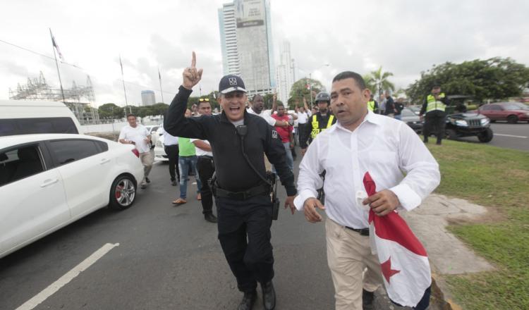 Una de varias protestas que han realizado los taxistas y que terminaron en forcejeos con la policía. /Foto Archivo